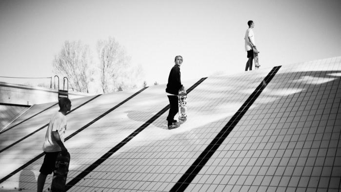 Skaterne har listet sig over hegnet til Odense Friluftsbad, helt i ånd med de amerikanske skatere i det forrige århundrede. Når badet tømmes en uge om året for at blive renset, er den perfekt skateunderlag.