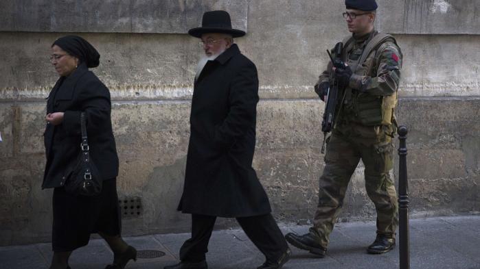 Fransk soldat patruljerer omkring en jødisk skole i Paris efter terrorangrebene. Flere europæiske lande er klar til at give politiet og efterretningstjenesterne flere ressourcer.