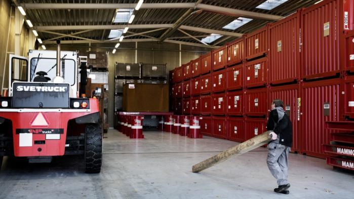 Efter at Udenrigsministeriet i årevis forgæves har forsøgt at få eksporteret det farligste atomaffald, 233 kg bestrålet forsøgsbrændsel, kom Udenrigsministeriets embedsmænd i maj 2013 på en vanskelig opgave: De skulle de forsøge at få eksporteret al Danmarks atomaffald, som i dag på Risø fylder mellem 5.000 og 10.000 kubikmeter.