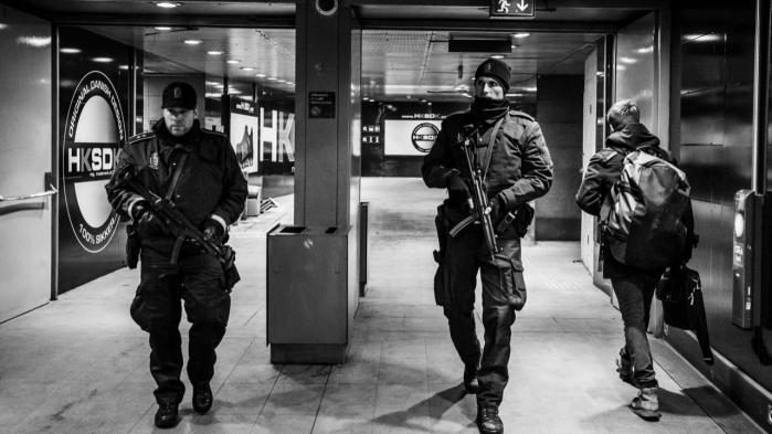 Effekt. De gennemførte terrorpakker virker efter hensigten, men terrorismen antager nye former, og det gør, at myndighederne bliver ved med at skulle justere efter ændrede trusselsbilleder. Bevæbnet politi bevogter Kastrup lufthavn efter weekendens skyderier