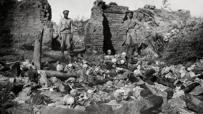 Osmanniske soldater kigger på resterne af adskillige dræbte armeniere under Første Verdenskrig. Folkemordet på mellem en og 1,5 million kristne armeniere er grundigt dokumenteret, men stadig ikke anerkendt i Tyrkiet. Tyrkerne taler om 300.000 dræbte 1915-23. Arkiv Scanpix