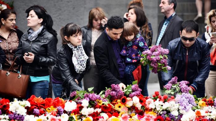 Armeniere fra nær og fjern lægger bunker af blomster i en cirkel omkring den evige flamme på mindesmærket over det armenske folkemord i hovedstaden Jerevan op til 100-års dagen i dag. Der bor ca. tre millioner i Armenien, og mellem seks og 10 millioner med armensk ophav uden for landet.