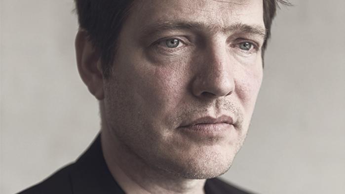 Thomas Vinterberg har med det romantiske drama 'Far from the Madding Crowd' kastet sig ud i at lave 'sådan en film, man ser første juledag', som han siger. Som et frikvarter fra det pres, der hviler på ham som en af Danmarks mest anerkendte instruktører