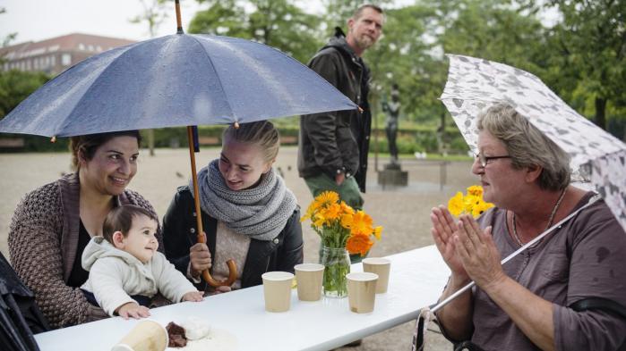 Cafe Venligbo i Enghaveparken, Zainab med sin datter Hevda på ni måneder er flygtet fra Syrien og har boet i Danmark i et år og en måned. I øjeblikket bor de på Frederiksberg. Her snakker de med Ida Toft, som er frivillig arrangementskoordinator i Cafe Venligbo.