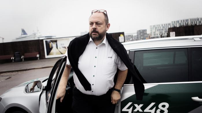 Taxachaufførerne er ikke bange for Uber, hvis bare de følger den gældende lovgivning, eller hvis loven bliver ændret. Enten får taxachaufførerne lov til at køre, som Uber-chaufførerne gør – eller også får de pligt til at køre, som taxachaufførerne gør. Det er forskelsbehandlingen, som skaber konflikten mellem kørerne, fortæller taxachauffør Thomas Larsen.