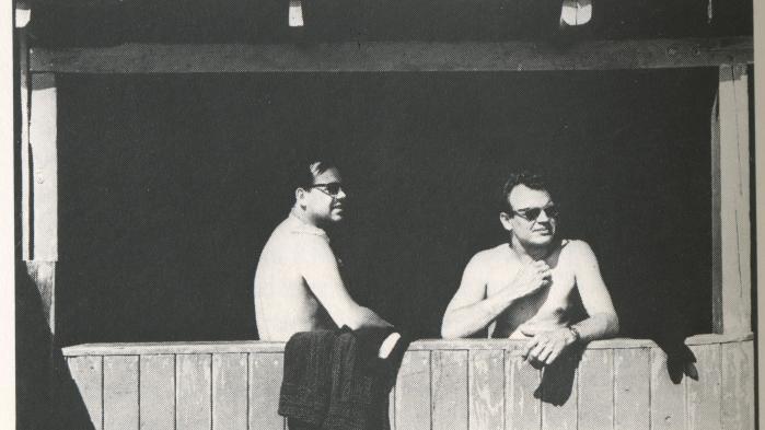 Der er middagshvil ved Lillebælt. Billedet af Niels Barfoed (th.) og Klaus Rifbjerg i badehuset blev taget på et stort nordisk lyrikmøde på slottet Hindsgavl på Fyn i juni 1960, da de begge endnu ikke var 30. Litteraturhistorisk var det et skelsættende møde. Emnet var modernisme kontra tradition. Bl.a.Ivan Malinovski, Cecil Bødker, Jørgen Gustava Brandt og Torben Brostrøm deltog. Sammen med sin mand Poul Borum optrådte også en vis Inger Christensen, der endnu ikke havde debuteret.Foto: Gregers Nielsen fra bogen 'Dengang i 60'erne' af Bente Hansen, udkommet på Informations Forlag i 1978
