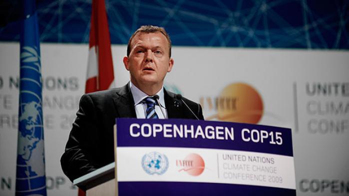 Når der heldigvis hersker en udbredt optimisme omkring det forestående klimatopmøde – og altså en tro på, at politikerne rent faktisk leverer en aftale – skyldes det ikke mindst, at det globale politiske system er blevet en del klogere efter det, mange betegner som katastrofen i 2009 i København, hvor alt var sat ind på en global klimaaftale, og det hele endte i en gigantisk fuser. Her er det Lars Løkke Rasmussen, der ledede COP15, der foregik i Bella Center i København.