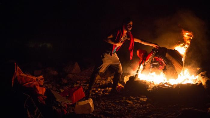Team Humanity bruger de efterladte redningsveste til brænde på bålet. De brænder hurtigt, og der er ikke meget træ på Lesbos. Redningsveste er der til gengæld rigeligt af.