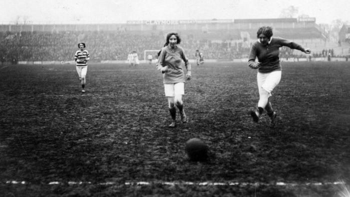 Et af det svenske magasin Historiskan stærkeste bidrag er en artikel om kvindefodboldens historie fra det 19. århundrede og frem. Damefodbold tiltrak et stort publikum som her, hvor kvindehold i 1912 spillede i Tottenham for fulde tribuner.