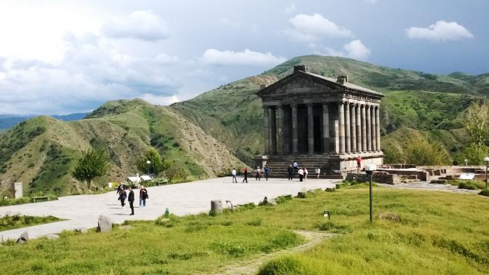 Det græske tempel i Garni fra det første århundrede er den eneste græsk-romerske søjlebygning i hele det tidligere Sovjetunionen. Det ligger smukt på kanten af en dramatisk slugt og blev i 1970'erne genopbygget, efter et jordskælv ødelagde det i 1679.