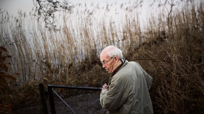 Klaus Winkel på bredden af Lyngby sø, hvor han bor i dag. Han har arbejdet med udviklingsbistand i over 30 år og stiller sig i dag dybt kritisk overfor Danmarks prioritering på området.