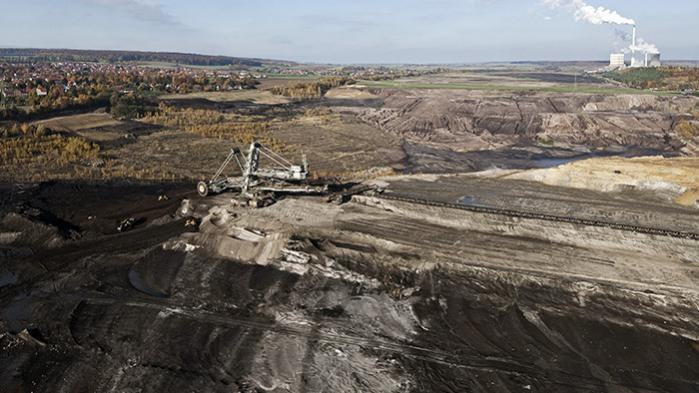Kul dækker 40 procent af Tysklands elproduktion, og der er fortsat gang i den særligt forurenende brunkulsproduktion, primært i det tidligere Østtyskland. Her er det fra Schöningen i delstaten Niedersachsen