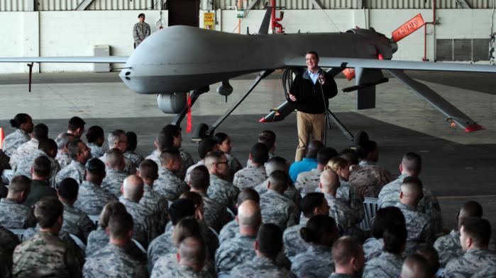 Den amerikanske forsvarsminister Ashton Carter taler til amerikanske styrker foran en drone på flybasen Incirlik-flybasen i Tyrkiet. Foto: AP