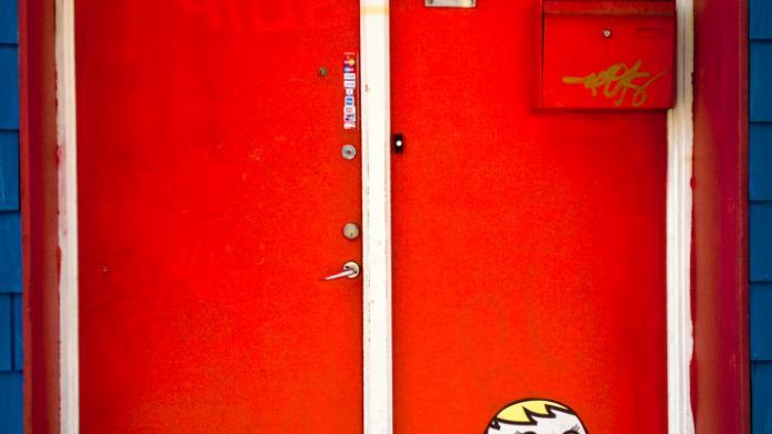 Gadekunst er flygtigt. Men Kissmama har oplevet, at folk bevidst vælger at lade hans/hendes gadekunst blive. 'For eksempel morgenværtshuset Café Louise på Nørrebrogade, der skulle male hele deres dør, hvor jeg havde sat en Kissmama op, så malede de uden om den,' forklarer Kissmama.