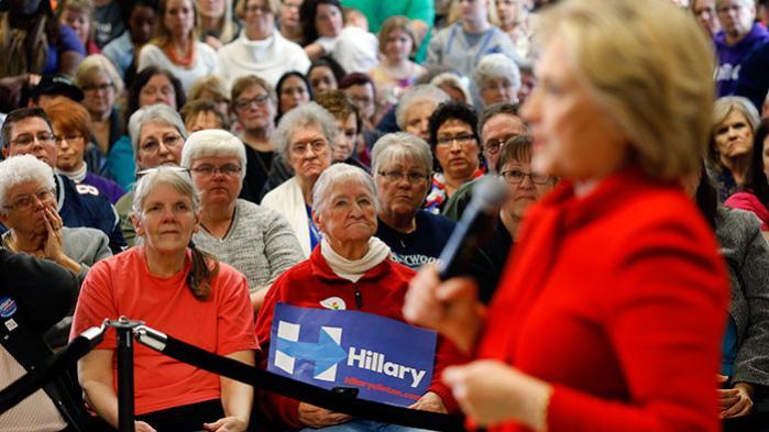 Senator Bernie Sanders har med progressive budskaber trængt Hillary Clinton i defensiven inden primærvalgene i Iowa og New Hampshire. Hillarys erfaring og køn bliver overskygget af Sanders' løfter om ligeløn og fri abort
