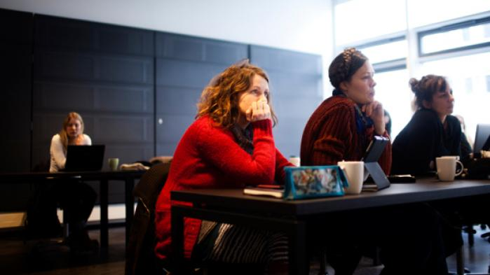 Københavns Universitet skal af med 500 ansatte på grund af regeringens besparelser på forskning, uddannelse og bygninger. På Saxo-instituttet blev beskeden om næste uges fyringer først modtaget med rungende stilhed, så kollegial opbakning til at nedlægge arbejdet den dag de fyrede får besked