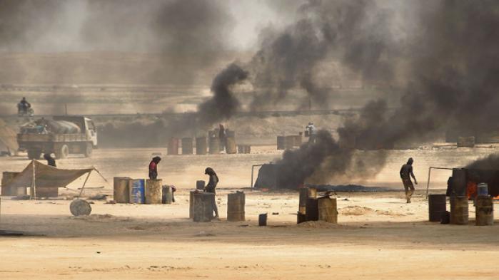 Islamisk Stat er betydeligt svækket af den lave oliepris og bombardementer mod de oliefelter, organisationen kontrollerer. Islamisternes olie sælges til både Assad og oprørere via små vognmænd, og den er deres vigtigste indtægtskilde. Information har mødt en af Islamisk Stats oliesmuglere