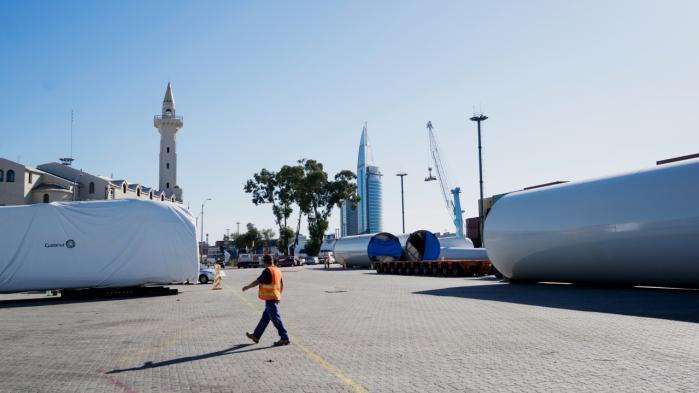 Spansk fremstillede vindmøller på 150 megawatt ligger klar i Montevideos havn i Uruguay. Det sydamerikanske land har foretaget et tigerspring frem mod at udbrede grønne energikilder.
