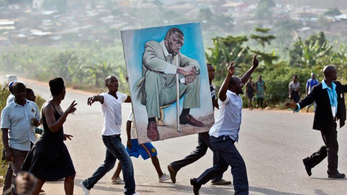 Tilhængere af oppositionslederen Kizza Besigye på vej mod et vælgermøde. Meningsmålinger har vist, at afstanden mellem Besigye og den siddende præsident, Yoweri Museveni, er mindsket op til valget i dag.