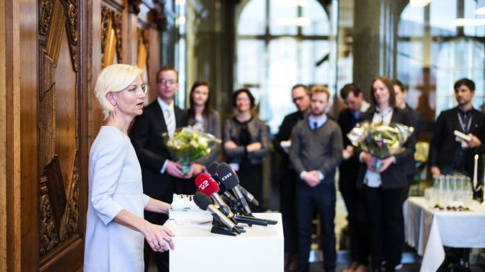 Overdragelse i Uddannelses- og forsknings-ministeriet i torsdags. Den nye minister, Ulla Tørnæs, gik til opgaven med denne salut: 'Uanset hvordan man vender og drejer det, er vi nødt til at effektivisere den offentlige sektor, for ellers er der ikke plads til at skabe udvikling i den private sektor – og det er nu engang den, vi skal leve af.'