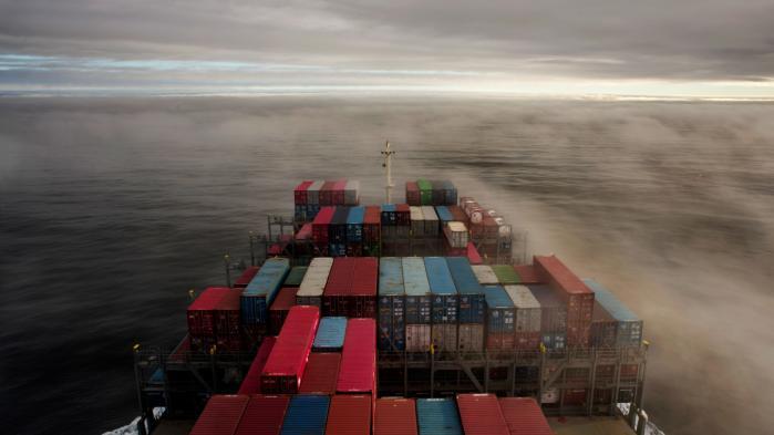 Et fragtskib på vej mod Nordeuropa via Atlanterhavet. En ny rapport fra OECD viser, at det er en myte, at en streng miljølovgivning skader konkurrenceevnen – et argument ofte brugt inden for transportsektoren.