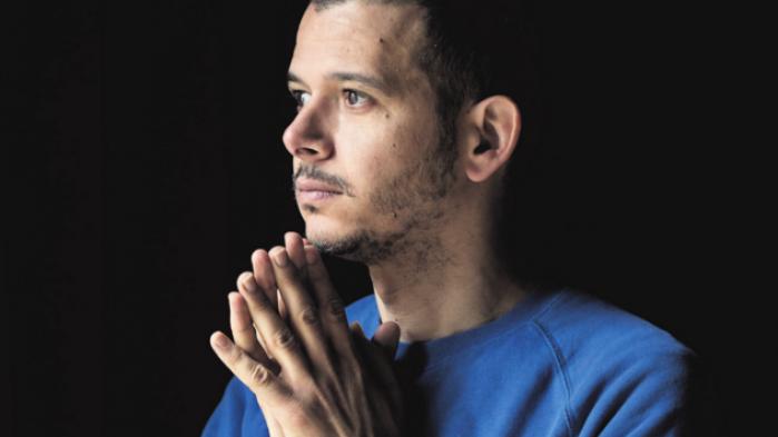 'Homoseksualitet eksisterede ikke officielt i Marokko. Derfor kunne de gøre med mig, som de ville. Så de voldtog mig.' Det fortæller forfatteren Abdellah Taïa, der nu bor i Paris og har skrevet om sin opvækst
