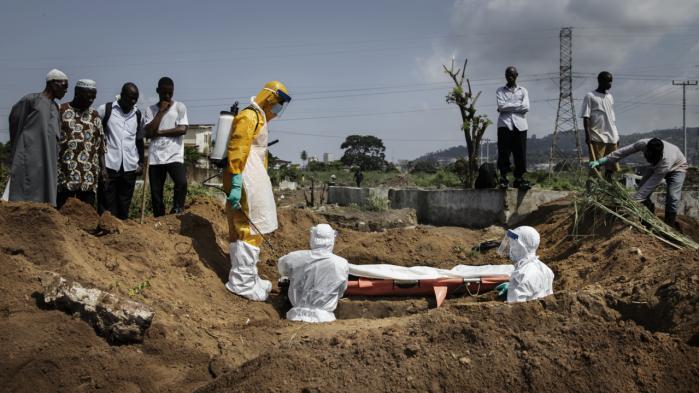 Begravelse af Ebola-offer i Freetown i Sierra Leone. En del kunne sandsynligvis være blevet reddet, hvis de havde fået et simpelt drop med vædske og korrekt afmålt saltindhold, men de danske læger måtte ikke bruge kanyler.