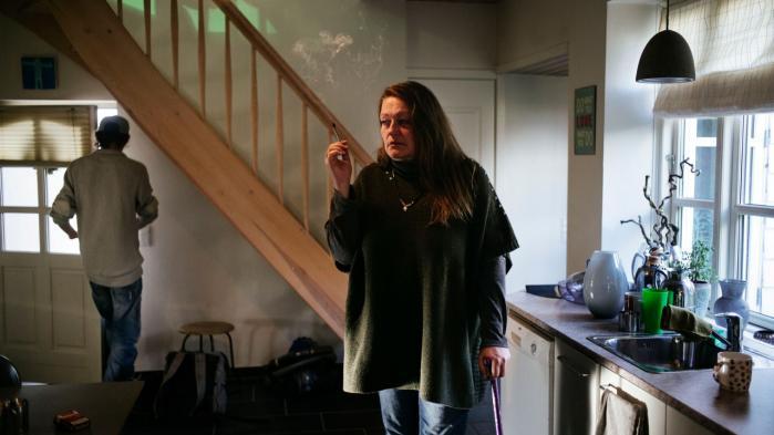 Hjemme i Marianne Højgaard Jensens hus dyrker hendes søn cannabis til hende, selv om det er ulovligt. Det er nemlig den eneste lindring mod de stærke smerter, hun har. 'Jeg dør alligevel i en yngre alder end forventet. Og hvis jeg ikke får cannabis, går det meget stærkt,' siger hun.