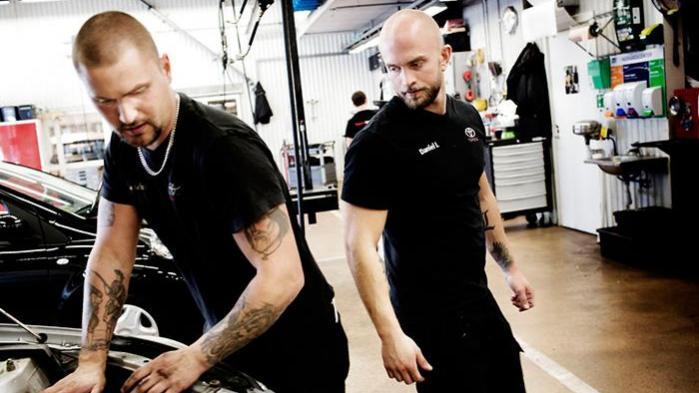 26-årige Daniel Larsson (th.) hørte om Toyota Center Göteborg – værkstedet hvor man kun arbejder 30 timer om ugen – på teknisk skole, og tænkte 'dér vil jeg arbejde'. Nu har han været her i otte år. Man har meget mere energi både på arbejdet og i fritiden, siger han.