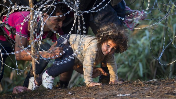 Europas problem er ikke at flygtningene kommer, men den måde, hvorpå unionen møder dem. I stedet for at forskanse sig bag hegn som her i Ungarn skulle EU i højere grad følge den globale trend med mere sammenhæng, samhandel og forbundethed.