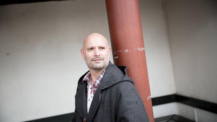 I sin debutroman inddrager Jon Monrad Møller bl.a. Grundtvig, Bibel-passager, det japanske imperium, musik, malerkunst, Rom og Paris.