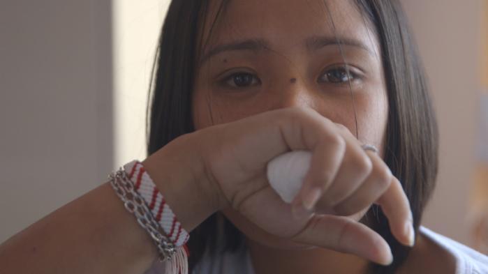 Filippinske Mary Joy fortæller i dokumentaren 'Mellemøstens Skjulte Slaver' , hvordan hendes arbejdsgiver klædte hende af og slog hende, når hun begik fejl. Mary Joy er en af mere end 250.000 asiatiske og afrikanske kvinder, der arbejder som tjenestepiger i Libanon. Et arbejde fyldt med overgreb. Dokumentaren vises på DR1 den 16. maj.