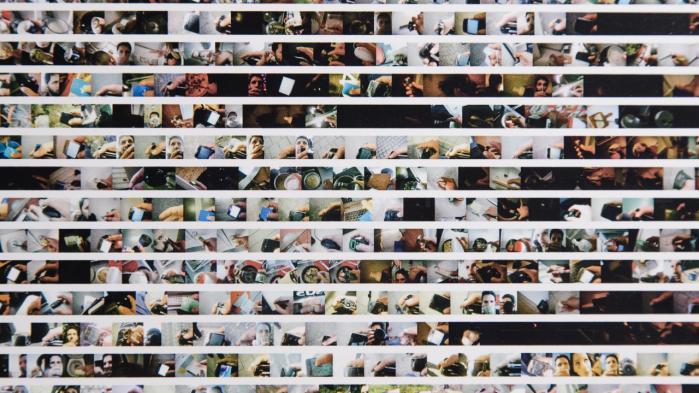 Alberto Frigo viser på udstillingen et uddrag af hans omfattende 'life logging'-værk. Det er fotografisk dokumentation af alt, hvad han i sin hverdag holder i sin højre hånd. Det går tæt på, men alligevel er mange af billederne svære at dechifrere, og man bliver hensat i rollen som nyfigen voyeur, der med lup gransker motiverne. Foto fra udstillingen.