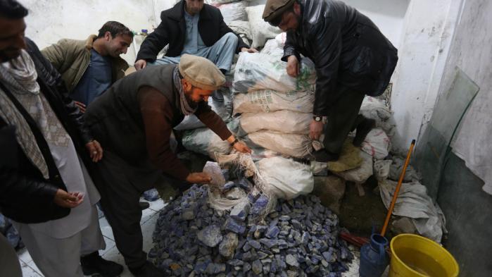 Lapis lazuli til salg i Kabul. Omkring halvdelen af provenuet fra bl.a. den blå halvædelsten tilfalder i dag Taleban.