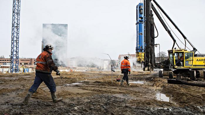 I byggebranchen bliver flere og flere ansat som vikarer, så arbejdsgiverne får maksimal fleksibilitet og har minimale forpligtelser. Men også vi fastansatte skal til at strække os, hvis det står til Dansk Byggeri. Om et halv år begynder en ny omgang overenskomstforhandlinger.