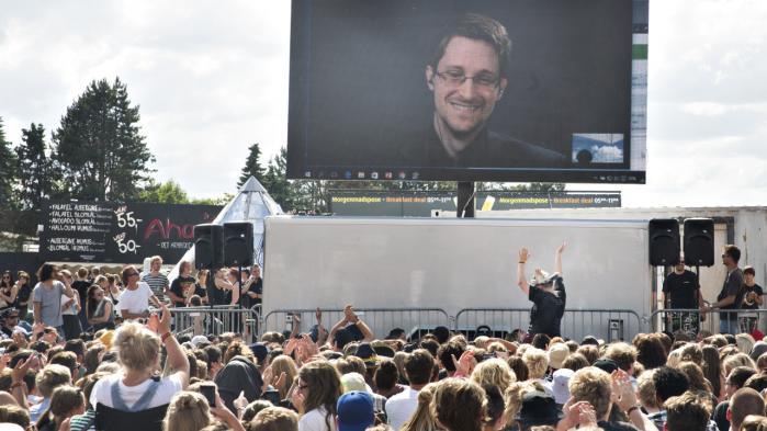 I bliver holdt øje med hele tiden, og I har ikke noget privatliv. Så klart var budskabet tirsdag eftermiddag på Roskilde Festival til den store folkeskare, som var mødt frem for at høre whistlebloweren Edward Snowden tale over et videolink fra sit eksil i Rusland.