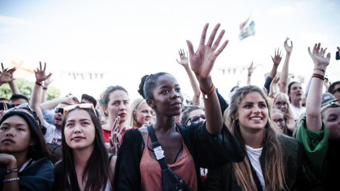 Publikum til Little Simz. På Roskilde Festivalen går man nogle gange i ét med koncerten og finder en kollektiv lykke, andre gange står man fremmedgjort tilbage og må søge andre stammer at slå på tromme med.