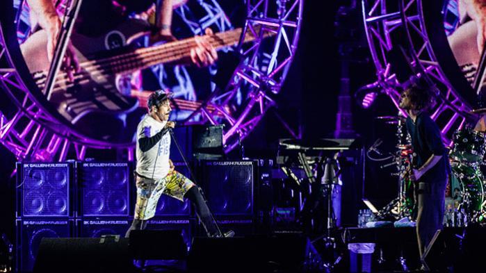 Nogen stor musikalsk oplevelse blev det aldrig for alvor, da Red Hot Chili Peppers onsdag gæstede Orange Scene på Roskilde Festival. Ikke mindst på grund af Anthony Kiedis' stemme, der dog samtidig stod bag koncertens musikalske højdepunkt. Men med god energi tog de alligevel den nødvendige revanche fra fadæsen i 2007