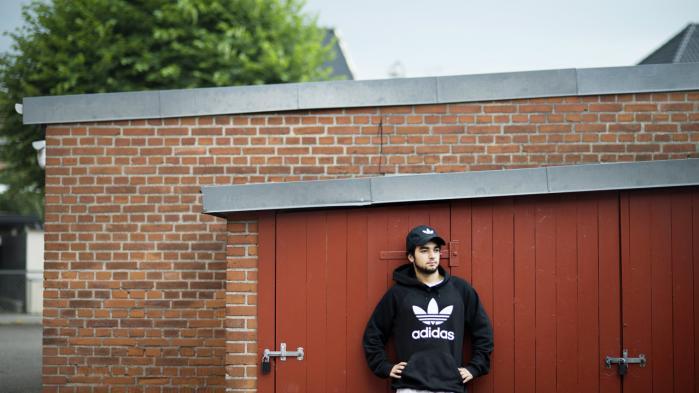 Ahmad Chaouki Ayoub er født og opvokset i Danmark. Som 18-årig flyttede han fra Birkerød til Nordvest i København. Når han ikke studerer på Copenhagen Business School, passer han sit studiejob på et hotel. I sin fritid spiller han fodbold.