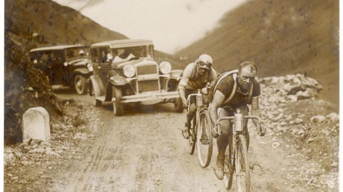 To ryttere kæmper sig i 1930 mod toppen af sagnomspundne Col du Tourmalet.