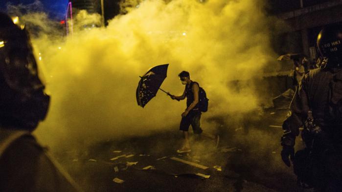 Folkelige protester har siden især finanskrisen skiftet karakter fra strejker til optøjer. Det kinesiske tidsskrift Chuang kalder vor tid for 'optøjernes æra', og landet har selv lagt gader til uro. Som 'paraplyrevolutionen' i Hongkong i 2014.