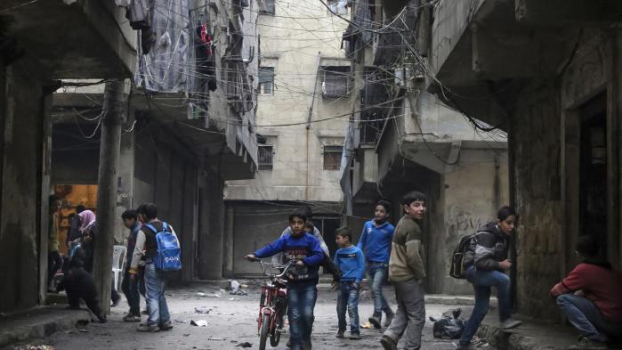 Det syriske styre kontrollerer nu den vigtigste vej ind og ud af Aleppo og afskærer dermed oprørerne og familier, der stadig bor der, fra det livsvigtige opland og strømmen af friske forsyninger fra Tyrkiet.