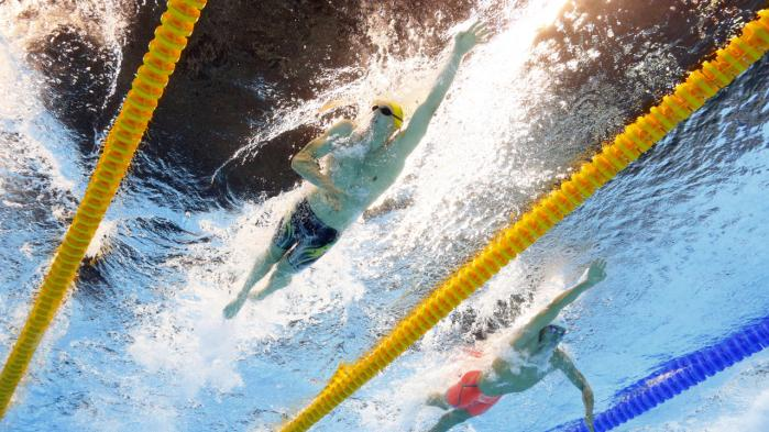 Australiens Mack Horton (t.v.) og Kinas Sun Yang under afviklingen af 400 meter fri svømning i Rio i sidste weekend. Horton løb med guldet og har uden for bassinet bekriget sin kinesiske modstander for dennes snyd med doping.