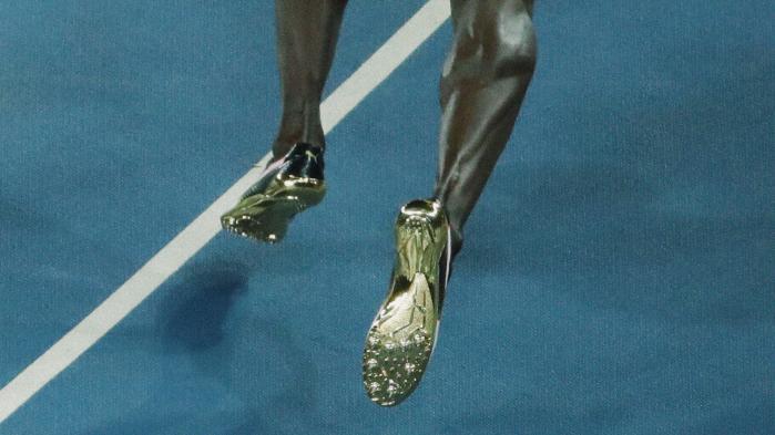 Når Usain Bolt som her ved finalerne natten til mandag presser sin 95 kilo tunge og 195 centimeter lange krop frem mod målstregen, sker det ved at falde fremad meter for meter.