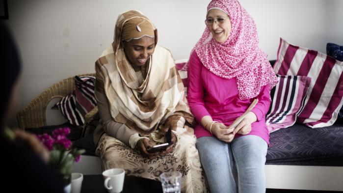 Hiba (tv) og Souhaillah mødes på kvindecafeen Cafe Nora for at spise frokost.