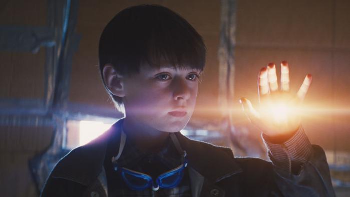 Både myndighederne og en religiøs sekt er på jagt efter Alton i filmen 'Midnight Special'. For han har evner ud over det sædvanlige.