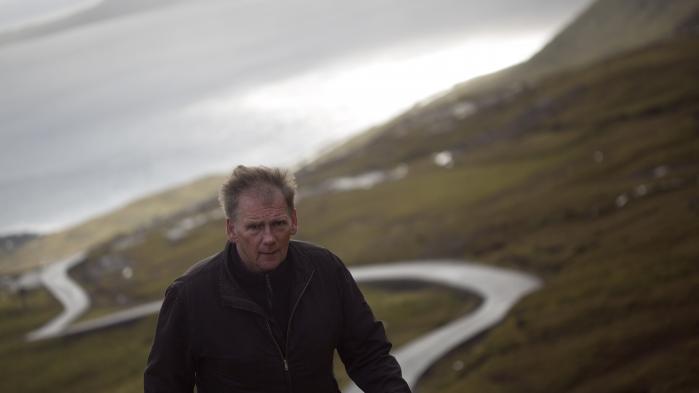 Ifølge Informations anmelder fortjener den færøske forfatter Jóanes Nielsen ros for hans »specielle kringlede ligefremhed«.