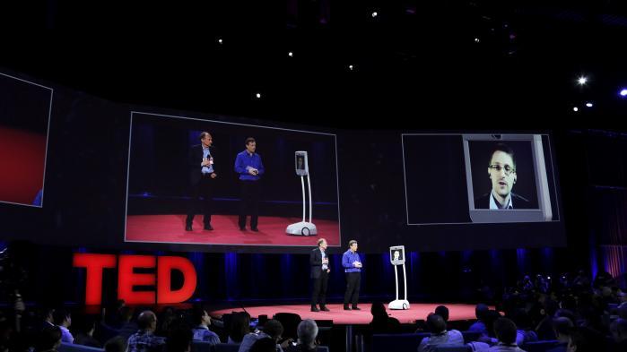 Edward Snowden bliver interviewet på scenen til en TED-talk i Vancouver. Han har fået inddraget sit pas, så den eneste måde, han kan have en slags fysisk tilstedeværelse uden for Rusland er via den såkaldte 'Snowbot'. En række organisationer har startet #pardonsnowden-kampagnen for at kræve ham benådet, så han igen kan rejse frit og tage tilbage til USA uden at risikere årtier i fængsel.