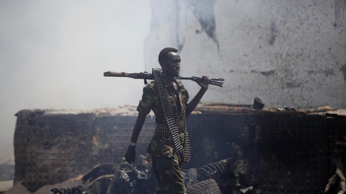 Selv om al-Shabaab er fordrevet fra Somalias hovedstad, Mogadishu, har terrorbevægelsen i de seneste måneder haft held til at gennemføre flere terroranslag i byen. Her en soldat fra den somaliske hær efter et angreb den 31. juli.