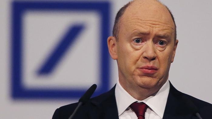 I en mail til medarbejderne beklager bankchef John Cryan sig over, at banken inden for de seneste uger lader til at være belejret af spekulanter, som vil tjene penge på, at aktiekursen falder yderligere.